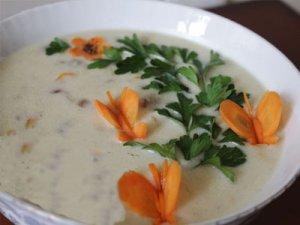 سوپ سرد یک پیش غذای خوشمزه و راحت میباشد که امروز قصد داریم آن را آموزش دهیم.این سوپ مخصوص تابستان میباشد و در کمتر از بیست دقیقه آماده میشود